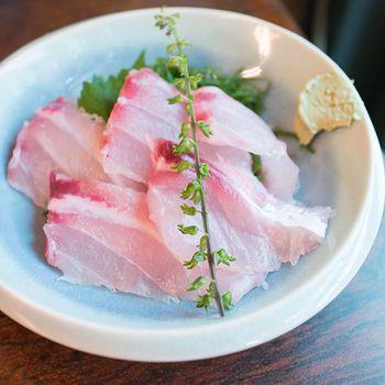 珍しいお魚のお刺身なども食べられます。 市場ならではですね。