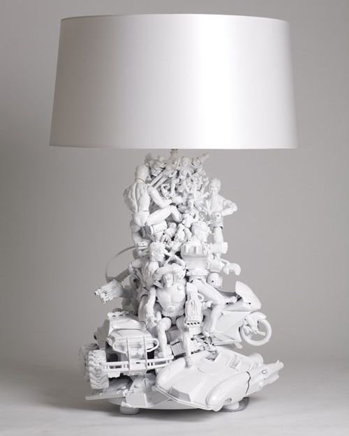 recycling toys and white paint   Great idea!!  Greréer une lampe en recyclant des jouets