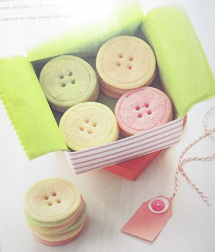 cute gift box with button cookies: Sugar Cookies, New Baby Gifts, Baby Shower Ideas, Buttons Cookies, Cookies Recipes, Little Gifts, Biscuits, Gifts Boxes, Baby Shower