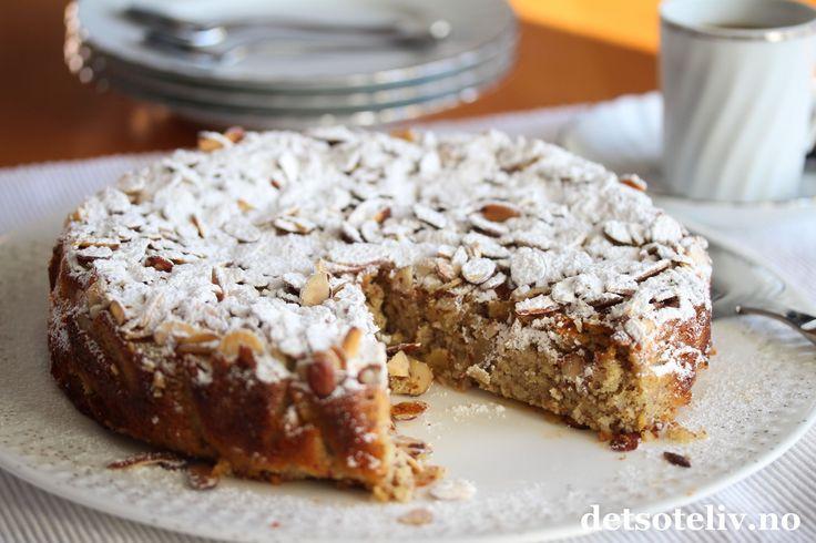Hei dere! Håper helgen er bra så langt! Jeg nyter fortsatt herlige sommerferiedager i vakre Marbella. Her kommer oppskriften på en deilig mandelkake som jeg virkelig kan anbefale. Ricotta erstatter en del av smøret, som gjør at denne kaken blir mindre mektig. Litt vanilje, appelsin og kanel gir nydelig smak. Denne saftige mandelkaken har tysk opprinnelse, og er en stor, personlig favoritt! Kaken er rask å lage og livsfarlig god! Hvis jeg først lager denne kaken, er det ikke snakk om å kla...