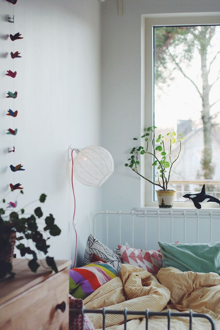 Vit svensktillverkad trådstomme med ljus gräddvit spets.Vägglampan ger ett väldigt fint ljus. Perfekt ovanför soffan, sängen eller hallbyrån.Bollen…