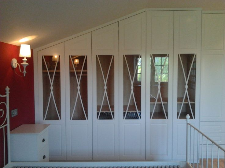 armario empotrado con puertas en forma de aspa lacado en blanco