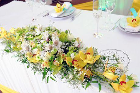 Великолепный цимбидиум в сочетании с горной орхидеей и кустовой светло-зеленой хризантемой - прекрасное украшение главного свадебного стола