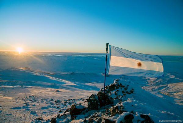 La bandera celeste y blanca flameando en la Antártida Argentina