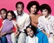 Cosby Show : que sont-ils devenus ?  Bien avant Scènes de ménages, M6 avait trouvé une pépite en diffusant à partir de 1988 le Cosby Show, les aventures des Huxtable, une famille afro-américaine aisée vivant à New York. La série a duré huit saisons et s'est classée première en audience pendant cinq années d'affilée, un record qui n'a jamais été battu. Mais que sont devenus Bill Cosby et les autres membres de sa famille de télé ?