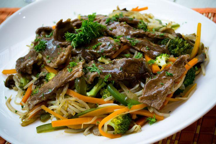 Deliciosa receta de chop suey de res, sirve esta como plato principal y disfruta de los sabores orientales. Te encantará.