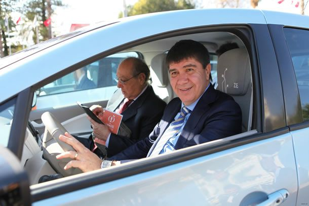 """Antalya Büyükşehir Belediye Başkanı Menderes Türel, çevre duyarlılığına dikkat çekmek için çevre dostu elektrikli makam aracı kullanma kararı aldı. Antalya Büyükşehir Belediyesi'nin çevre dostu belediyeciliğe öncülük etmek için aldığı 10 elektrikli hizmet aracını tanıtan Başkan Türel, makam aracı olarak 66 bin liraya mal olan yerli elektrikli otomobil kullanacak. Türel; """"Hedefimizde yeşil otobüsler ve elektrikli motosikletler …"""