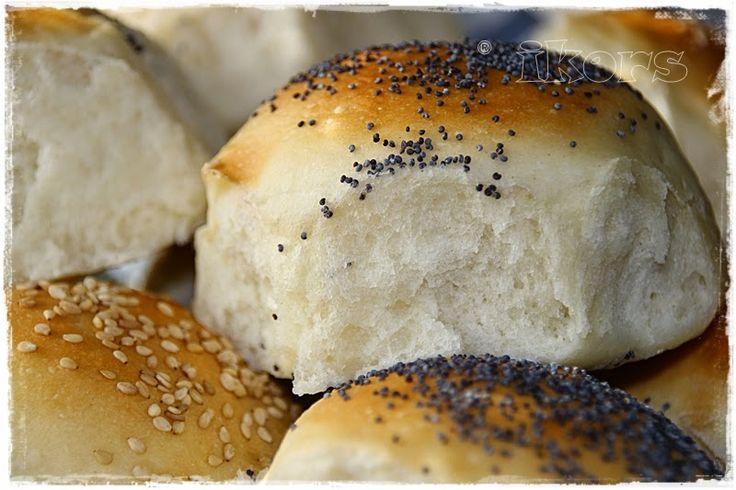 Holländische Wattebrötchen  16 Stück     500 g Mehl Typ 550   4 EL Zucker   2 TL Salz   1 ½ EL Trockenhefe   50 g Butter   350 g lauwarm...