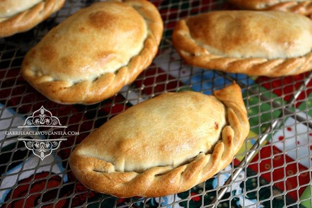 Pastes de pollo con mole | Gabriela, clavo y canela - paso a paso