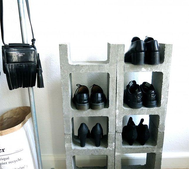 Opbevaring til sko i beton, DIY // Er du på udkig efter opbevaring til dine sko og gerne med et råt udtryk? Så er denne idé lige til at gå til. Reolen består af fire blokke til 20 kr. stykket, som bl.a. kan købes i Bauhaus. Se flere billeder hos Pantone 4c