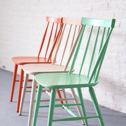"""D'origine britannique, ce style de chaise """"Windsor"""" a massivement essaimé aux Etats-unis (c'est LA chaise de cuisine des séries américaines), pour faire ensuite le bonheur du design scandinave des années 50. Ici la version pistache."""