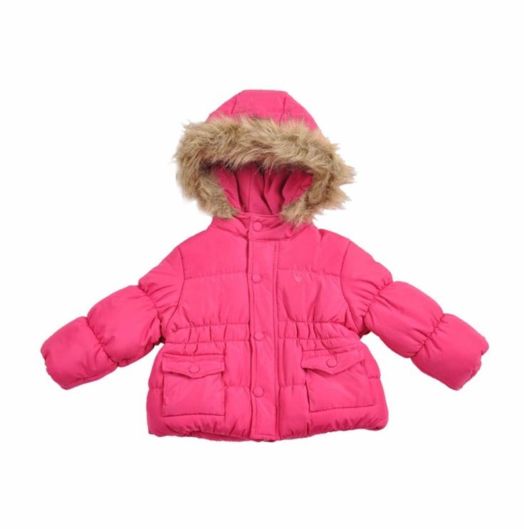 """Chaqueta acolchada tipo """"Dudun"""" para bebe niña, en color fucsia. Chaqueta forrada por dentro en algodón, capucha con el borde cubierto de """"fur"""" pelo sintético en color beige. La capucha esta forrada por dentro en polar """"fleece""""."""