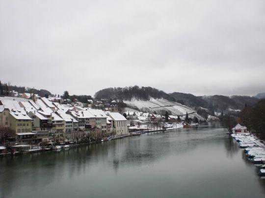 ライン川と雪化粧したエグリザウ。10月にアップした写真と同じ場所で撮ったので是非比べてみて下さい。