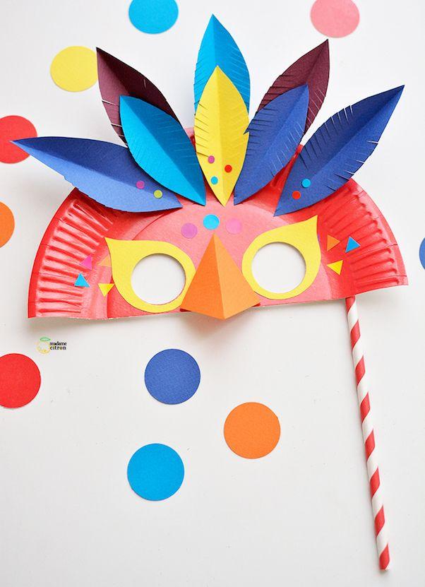 Chouette, on se déguise en oiseau avec cette jolie création signée Madame Citron : un masque du Carnaval à fabriquer en carton.