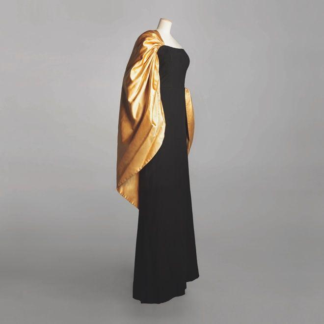 オートクチュールをテーマにした展覧会「PARIS オートクチュール―世界に一つだけの服」が、三菱一号館美術館で開かれる。「シャネル(CHANEL)」や「クリスチャン・ディオール(Christian Dior)」「バレンシアガ(BALENCIAGA)」などオートクチュールブランドが制作した70点のドレスやデザイン画、写真が一堂に会する。会期は2016年3月4日から〜5月22日まで。