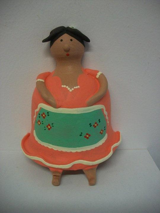 """""""comare"""" in terracotta portastrofinacci  altezza 16 cm.; modellata e dipinta a mano."""