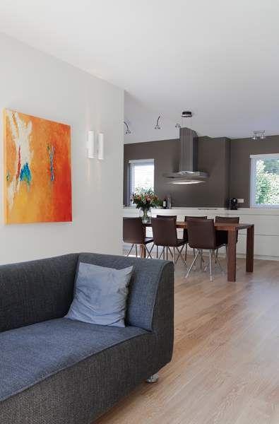 Vanuit de woonkamer een mooi uitzicht op de moderne keuken