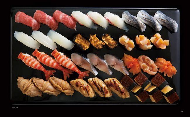 <握り寿司>寿司は淡水魚を長期保存するための食品として東南アジアから東アジアに広く分布する熟れ鮨が源流です。日本では滋賀県の鮒寿司がその典型で、飯と塩で乳酸発酵させたものです。熟れ鮨のように完全に発酵させてしまわずに、乳酸でご飯がすっぱくなった程度(「すし」はすっぱいという意味)の半なれで食べるようになり、さらに19世紀に発酵させずにご飯に酢を混ぜる早ずし(現在の寿司)が生まれます。外来の食文化が日本で独自に発達を遂げた料理のひとつと言えます