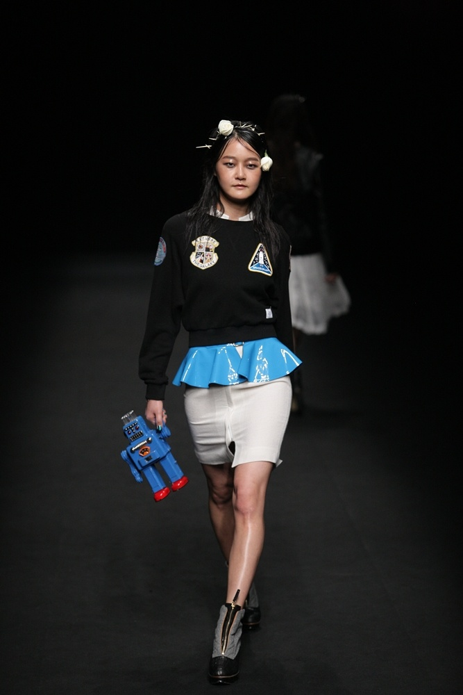 Steve J & Yoni P 12 F/W Seoul Fashion Week 'Take Off' Show! 'and the moon came nearer..' 귀여운 와펜장식의 숏 풀오버, 원색의 페플럼 벨트로 무장한 우주소녀들!