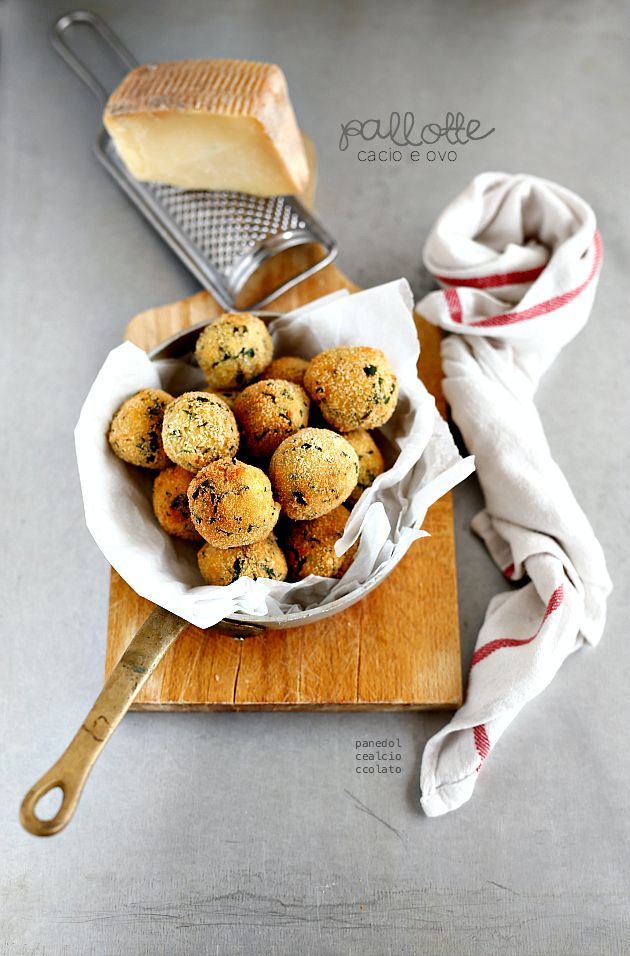 PALLOTTE DI CACIO E OVA (Abruzzo) they are simple meatballs made with stale bread, cheese and eggs, fried and then served with a tomato sauce #Italy #Italia #food