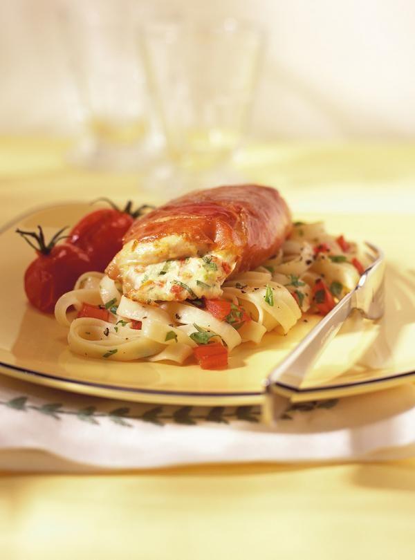 Recette de Ricardo : Suprêmes de poulet farcis à la ricotta et aux tomates séchées