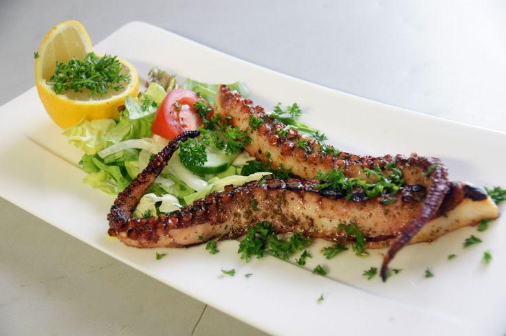 Verse inktvis van de grill. Voor het echte Griekse gevoel wordt dit gecombineerd met gegrilde peperoni en knoflook. Geserveerd met friet of witte rijst.