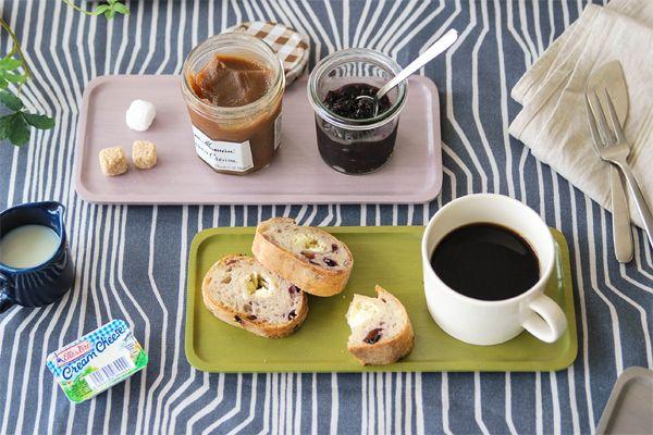 """おうちで過ごすカフェタイムは、ちょっと小さめのトレイに、ひとり分の飲み物とスイーツをのせてセッティング。自分専用のカフェセットで、贅沢な気分に♪コーヒーとトーストもトレイにのせるだけで、ゆったりとしたカフェ気分に浸れるから不思議。やることがたくさんある、慌しい朝にこそ取り入れて、気分をリセットして出かけましょう。今回は、おすすめの""""ちょこっとトレー""""を厳選してご紹介します。"""