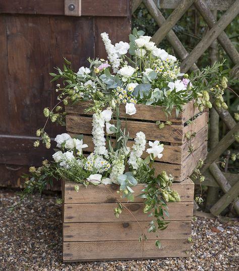 cagette bois deco mariage champêtre, bouquet de fleurs fraiches, idée de de décoration style shabby chic