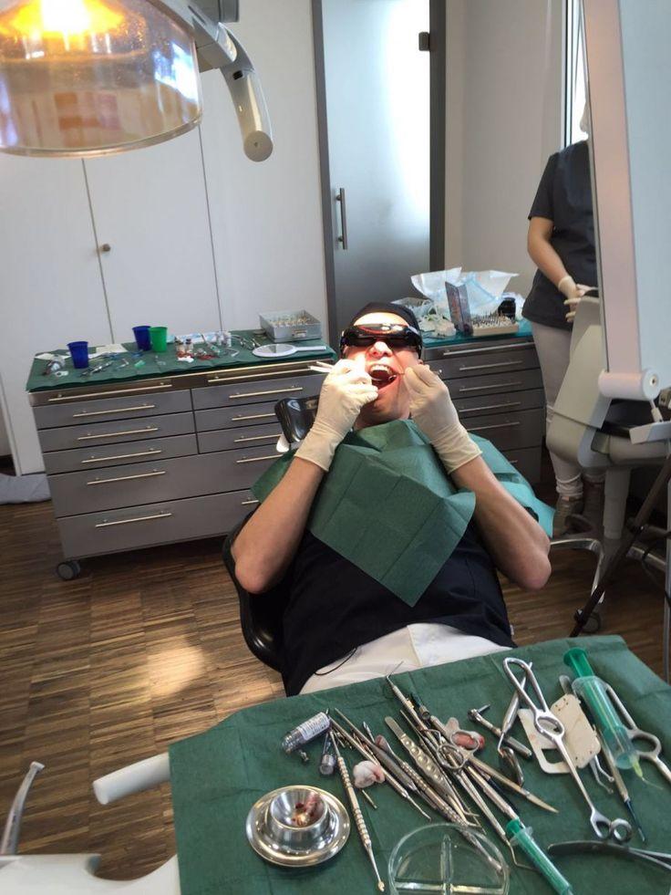 Es war definitiv eine der verrücktesten Produktionen des letzten Jahres von unserem Holger Gutt. Ein Zahnarzt setzt sich selbst ein Implantat - hat das die Welt schon gesehen? Auf jeden Fall nicht so cool produziert :) :)  http://www.socialmediaagentur-kat.com/aktuelles/details/kurios-und-mutig-videoproduktion-bei-zahnarzt-experiment.html  #video #film #produktion #zahnarzt #münchen