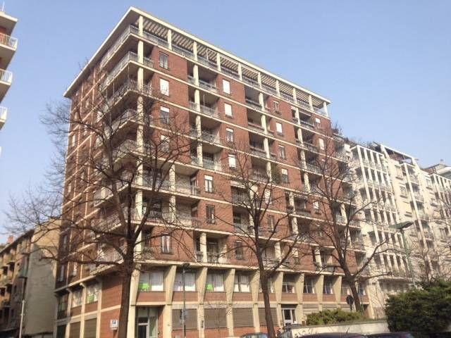AFFITTO: In stabile anni 70', appartamento di circa 110 mq, al quarto piano con ascensore e composto da ingresso, salone, cucina abitabile, due ampie camere da letto, doppi servizi e cantina. Riscaldamento centralizato, doppia esposizione. Libero subito € 800
