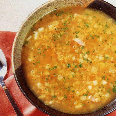 Предлагаю рецепт вкусного и питательного супа-пюре из чечевицы.  Ингредиенты: ❖чечевица оранжевая 1 стакан ❖вода 1 литр ❖лук репчатый 1шт. ❖морковь 1шт. ❖помидор 1шт. ❖мята сушеная  ❖лимон Приготовление:  1) Лук мелко нарезаем, добавляем к нему чеснок продавленный через чеснокодавку или мелко нарезанный, обжариваем на растительном масле.  2)К луку добавляем мелко нарезанные морковь и помидор. Тушим 10-15 минут. 3)Добавляем чечевицу и тушим еще минут 10.