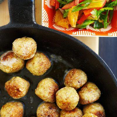Blanda samtliga ingredienser och forma små bollar: 1 rågad tesked per boll – de sväller vid kokningen. Koka upp vatten och buljongtärningar. Låt bollarna sjuda/småkoka i buljongen 6-7 minuter. Ta ...
