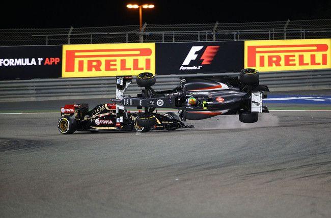 La domenica del Bahrain regala emozioni fortissime nella lotta senza esclusione di colpi tra le due Mercedes, le due Force India e le due Williams. Oltre a Hamilton e Rosberg sale sul podio l'ottimo Perez, Ricciardo rimonta fino alla quarta piazza e Vettel è a sandwich tra Hulkemberg e Massa. Affannano in modo imbarazzante le Ferrari, mentre Maldonado e Gutierrez sono protagonisti di un incidente tanto assurdo quanto spettacolare, che non resterà impunito…
