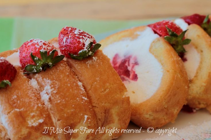 Tiramisù arrotolato fragole e crema bianca ricetta senza cottura #tiramisù #ricetteconfragole #fragole #dolciconfragole #savoiardi #camycream