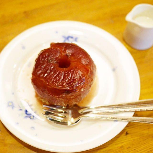 編集部のある神保町というエリアはカレーの激戦区なのですが、中でも絶対に行くべき入門的な存在なのが、大正13年創業の共栄堂。黒いルーのスマトラカレーが絶品なのもさる事ながら、デザートに食べる季節限定の焼きりんごも最高です。 りんご丸ごと1個分、見事にジューシーな仕上がり。柔らかくホロホロの食感が、口の中で甘酸っぱくジワッと広がっては消えていく、その繰り返しに没頭します。クリームをかければ、ふんわりとまろやかに。これは是非ともカレーとセットで味わって欲しいです。4月までの限定販売。(編集H) #共栄堂 #焼きりんご #神保町 #apple #SPURおやつ部 #SPUR編集H