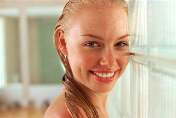 Gece banyo yaptığınızda, saçınızı iyice kurutun. Banyo yapıp dışarı çıkarsanız, başınız esintiyi daha çok hissedecektir.