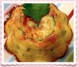 Aujourd'hui, je vous propose une super recette !!!! La simplicité même .... Le fondant de légumes: Il faut: une courgette, un oignon, une tomate, 2 oeufs, 20 g de Maïzena, 2 cs de crème fraiche, 40 g de fromage râpé, Des herbes et des épices. Emondez...