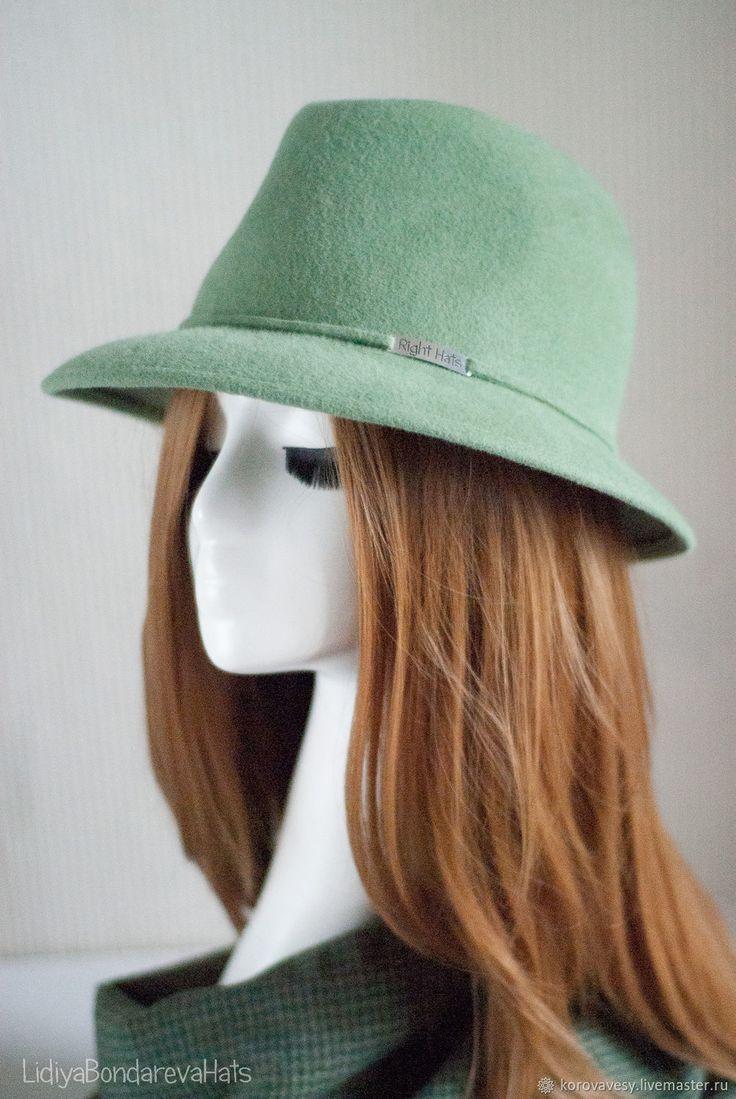 СВЕЖАЯ МЯТА Сочетание строгой классики и нежного светло-зеленого велюра. Контраст, который придает жизни вкус и обьем. Федора - отличный вариант, как для тех, кто впервые решился носить шляпу и для искушенных любительниц красивых головных уборов. А все потому, что красивая Правильная шляпа никогда не будет лишней в гардеробе современной стильной женщины.