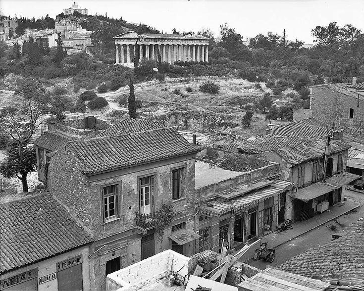Αθήνα,5 Ιουνίου 1969. Πλάκα,οδός Αδριανού. Θέα πρός την Αρχαία Αγορά και τον ναό του Ηφαίστου.Τα σπίτια αυτά δεν υπάρχουν πλέον.Κατεδαφίστηκαν για τις ανάγκες των ανασκαφών.  Διαβάστε όλο το άρθρο: http://www.tilestwra.com/30-spanies-ke-nostalgikes-fotografies-apo-tin-ellada-tou-chtes/