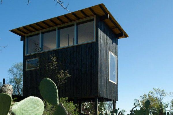 Cette petite habitation faite de bois noirci, se trouve sur le haut d'une colline, montée sur des pilotis afin d'offrir une meilleure vue sur les montagnes environnantes chiliennes.  Conçue par DRAA pour un couple habitant Santiago, l'habitation abrite les espaces de vie minimaux. Avec une empreinte de seulement 15 m2, la cabine contient une petite cuisine, une salle de bains et un salon au niveau inférieur et une zone de couchage au-dessus.