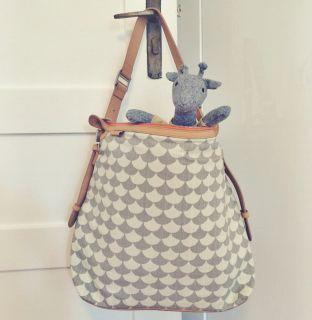 Hand- und Wickeltasche Messengerbag  Endlich sind sie wieder da! Unsere beliebten Wickeltaschen im Messenger-Stil von Littlephant. Haben wir in zwei Farben im Shop. Sie können an den Kinderwagen geklipst, über der Schulter und quer getragen werden. Auch vätertauglich, finden wir. Innen haben Sie Halterungen für Milch- und Thermosflasche und eine Wickeltasche. Und jetzt kommt das Beste: ein Laptop passt auch wunderbar hinein, so dass Ihr sie später als Handtasche verwenden könnt…