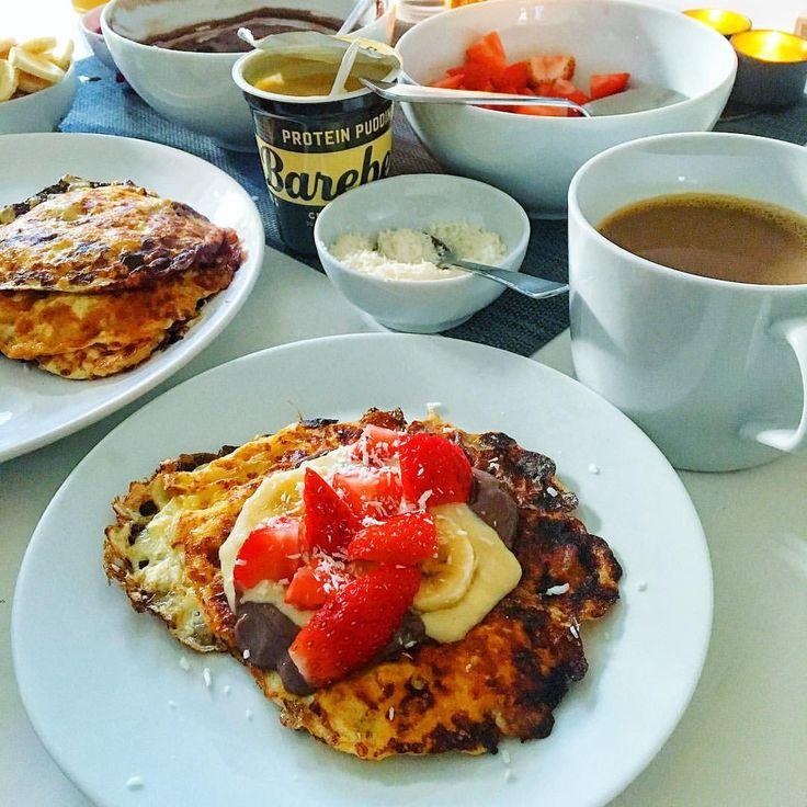 Diet protein pannkaka, 10 pannkakor 58 kcal/st 7P, 3F, 1K) • 500 g keso mini • 3 ägg • 2 msk fiberhusk.  Blanda keso + ägg och ha i fiberhusk under omrörning. Stek och vänd när ovansidan börjat bli fast! Tips: Små pannkakor är lättare att vända... Till pannkakor hade jag @tyngre nötkräm kasein blandat med lite vatten + kakao , @barebells proteinpudding, jordgubbar, banan och kokos!
