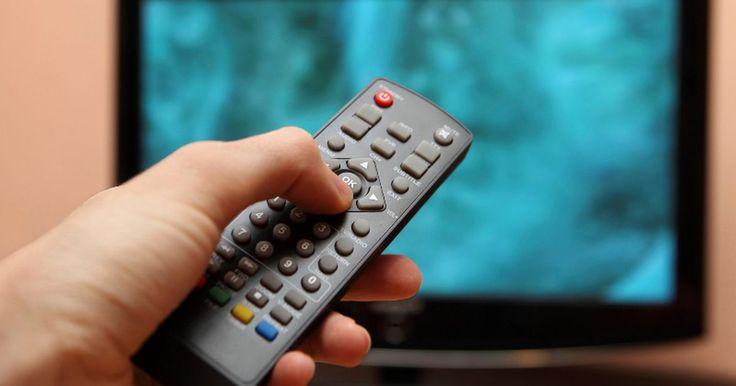 Como configurar qualquer controle remoto universal para uma TV Philips . Controles remotos universais são feitos para substituir perfeitamente os controles originais perdidos ou danificados. Só é preciso programá-los usando a sequência correta de botões. Qualquer controle remoto universal pode ser usado como controle mestre para uma TV Philips, isso é feito sem quaisquer ferramentas ou conhecimento técnico especial. ...