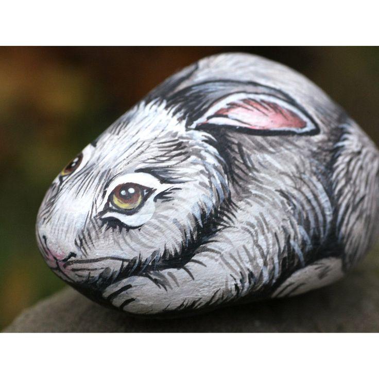 Questo bel coniglietto è dipinto in modo molto realistico su un sasso di fiume, utilizzando colori acrilici. La cura nella realizzazione di quest'opera d'arte rende questo oggetto quasi vivo! L'ar...