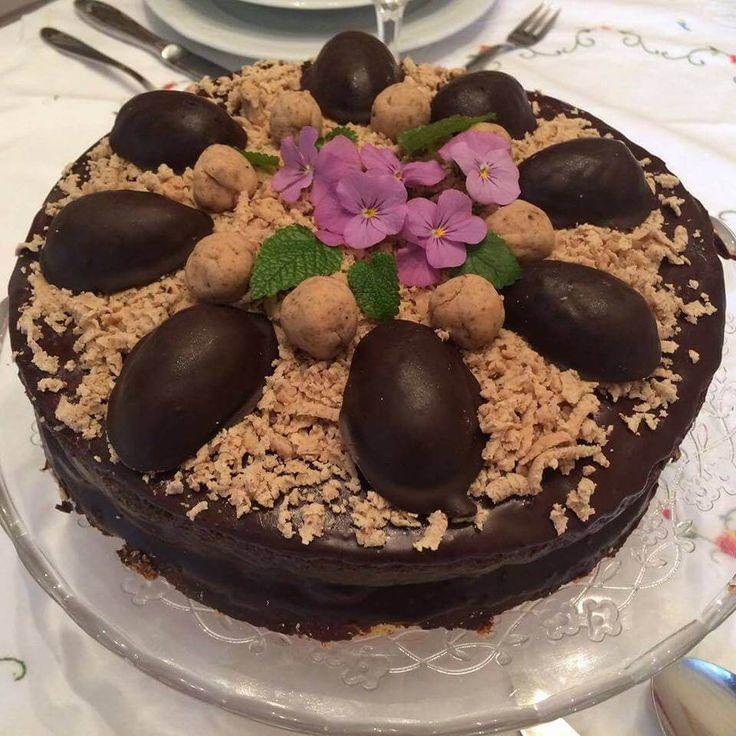 Gesztenyés csokis torta: 6 tojásos finom piskóta az alapja a pudingos gesztenye krémes és csoki bevonatos finom süteménynek https://balkonada.hu/gesztenyes-csokis-torta/