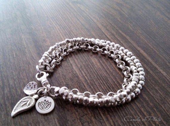Pulsera de plata fina de 3 capasEsta elegante pulsera la he realizado con tres capas una capa de cuentas facetadas de plata pura de la tribu Karen Hil