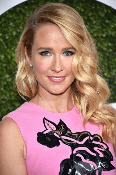 Anna Camp looked oh-so-sweet with her perfect waves at the GQ 20th Anniversary Men of the Year party.
