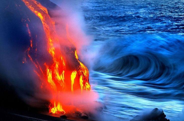 〔출처:조글로〕     바다로 스며드는 용암의 모습이다.   사진작가 닉 셀웨이(Nick Selway)와 CJ 케일(Kale)이 하와이의 화산 근처 바다에서 찍은 사진들이다.  8일자 조글로에 실렸다.