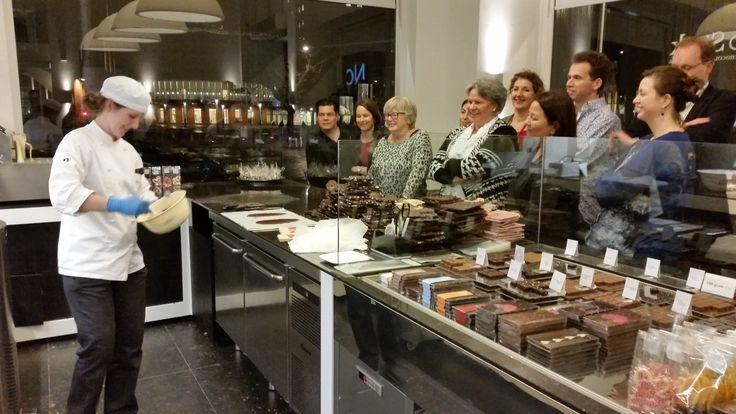 Hospitality ten top: Workshop voor gasten van het Suite Novotel Den Haag in het #chocolade atelier van Hop & Stork. Alleen maar blije gezichten tijdens de proeverij en de #workshop.