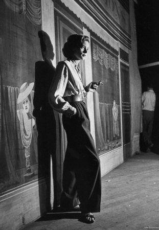 """L'icône d'Hollywood, Lauren Bacall, est décédée ce mardi 12 août, à l'âge de 89 ans. Surnommée """"the look"""" pour son regard, l'actrice américaine était également célèbre pour son sens du style.- Page 4 sur 5"""